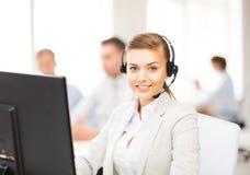 Helpline operator z hełmofonami w centrum telefonicznym obraz stock