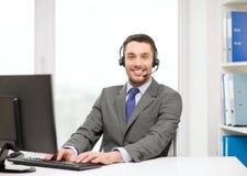 Helpline operator z hełmofonami i komputerem Zdjęcia Royalty Free