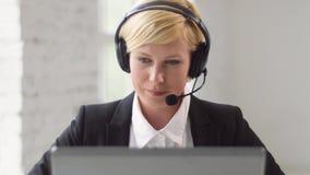 Helplinekonsulent i arbete lager videofilmer