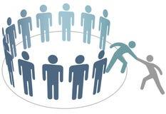 Helpt vriend van het bedrijf van groeps mensen leden lid worden Stock Afbeelding