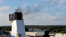 Helsínquia, Finlandia - 6 de abril de 2019: Balsa de Finnlines no porto de Vuosaari Fumo da tubulação da balsa no céu video estoque
