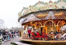 Helsínquia, Finlandia 21 de dezembro de 2015 - carrossel tradicional no mercado do Natal Imagens de Stock Royalty Free