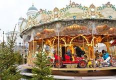 Helsínquia, Finlandia 21 de dezembro de 2015 - carrossel tradicional no mercado do Natal Imagem de Stock