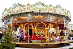 Helsínquia, Finlandia 21 de dezembro de 2015 - carrossel tradicional no mercado do Natal Imagens de Stock