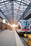 Helsínquia Finlandia - 21 de dezembro de 2017: Trem moderno da velocidade na estação de trem central imagens de stock royalty free