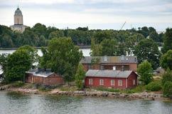 HELSÍNQUIA/FINLANDIA - 27 de julho de 2013: Construções em uma de muitas ilhas pequenas perto do porto de Helsínquia Imagens de Stock