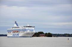 HELSÍNQUIA/FINLANDIA - 27 de julho de 2013: A embarcação de Silja Line é ilha de cruzamento do arround perto do porto de Helsínqu Imagem de Stock Royalty Free
