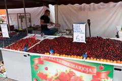 HELSÍNQUIA, FINLANDIA - 23 DE JULHO DE 2016: Os povos compram morangos frescas no mercado no centro de Helsínquia Imagens de Stock Royalty Free