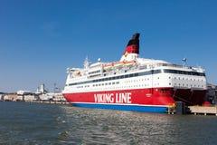 HELSÍNQUIA, FINLANDIA 29 DE MARÇO: A balsa Viking Line é amarrada em t Fotos de Stock