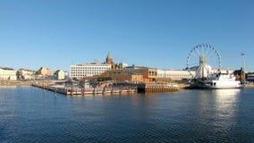 HELSÍNQUIA, FINLANDIA - 24 DE NOVEMBRO DE 2018: Vista da bacia do mar de Allas e da roda de Ferris do mar de Helsínquia-Suomenlin filme