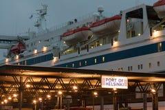 HELSÍNQUIA, FINLANDIA - 25 DE OUTUBRO: a LINHA de PETER do ferryboat é amarrada na amarração no porto da cidade de Helsínquia, Fi Foto de Stock