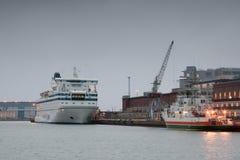 HELSÍNQUIA, FINLANDIA - 25 DE OUTUBRO: a LINHA de PETER do ferryboat é amarrada na amarração no porto da cidade de Helsínquia, Fi Fotos de Stock