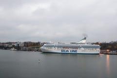 HELSÍNQUIA, FINLANDIA - 25 DE OUTUBRO: a LINHA do ferryboat SILJA é amarrada na amarração no porto da cidade de Helsínquia, Finla Imagem de Stock Royalty Free
