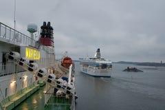 HELSÍNQUIA, FINLANDIA - 25 DE OUTUBRO: a LINHA do ferryboat SILJA navega do porto da cidade de Helsínquia, Finlandia 25 de outubr Imagens de Stock