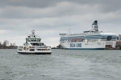 HELSÍNQUIA, FINLANDIA - 25 DE OUTUBRO: a LINHA do ferryboat SILJA navega do porto da cidade de Helsínquia, Finlandia 25 de outubr Imagem de Stock Royalty Free