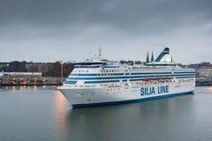HELSÍNQUIA, FINLANDIA - 25 DE OUTUBRO: a LINHA do ferryboat SILJA navega do porto da cidade de Helsínquia, Finlandia 25 de outubr Foto de Stock
