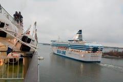 HELSÍNQUIA, FINLANDIA - 25 DE OUTUBRO: a LINHA do ferryboat SILJA navega do porto da cidade de Helsínquia, Finlandia 25 de outubr Fotos de Stock Royalty Free
