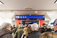 HELSÍNQUIA, FINLANDIA - 25 DE OUTUBRO: os passageiros esperam a aterrissagem à balsa na construção do terminal de Viking Line em  Fotos de Stock Royalty Free