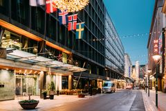 Helsínquia, Finlandia Hotel Kamp na rua de Kluuvikatu na iluminação do ano novo do Xmas do Natal da noite É 5 históricos imagens de stock royalty free