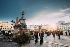 Helsínquia, Finlandia Povos que andam perto do monumento ao imperador do russo Fotos de Stock Royalty Free