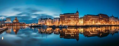 Helsínquia, Finlandia Vista panorâmica da rua de Kanavaranta com Uspenski imagem de stock
