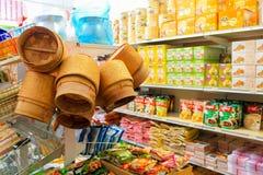 Helsingborg Sverige-September 3, 2012: Asiatiska livsmedelsprodukter på den asiatiska supermarket Royaltyfria Foton