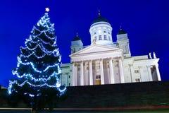 Helsingfors domkyrka med julgranen på skymning Arkivbild