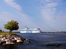 HELSINGFORS FINLAND-AUGUST 18: Den Silja Line färjan seglar från porten av Helsingfors, Finland Augusti 18 2013.Paromy Silja Line  Arkivbilder