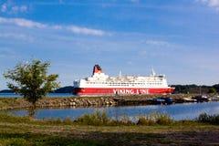 HELSINGFORS FINLAND-AUGUST 18: Den Viking Line färjan seglar från porten av Helsingfors, Finland Augusti 18 2013.Paromy Viking Lin Arkivfoto