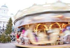Helsingfors Finland 21 December 2015 - traditionell karusell på julmarknaden Royaltyfri Foto