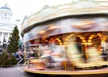 Helsingfors Finland 21 December 2015 - traditionell karusell på julmarknaden Arkivbild