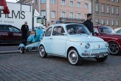 Helsingfors Finland gammal bil FIAT 500L Arkivfoto