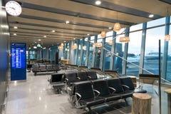 Helsingfors Finland - Januari 15, 2018: den tomma inre av den Vanta flygplatskorridoren med en klocka, ankomsten och avvikelsen s Royaltyfri Foto