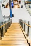 Helsingfors Finland - Januari 15, 2018: inre av den Vanta flygplatsen med en trätrappuppgång som ner leder till kafét Royaltyfria Bilder
