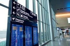 Helsingfors Finland - Januari 15, 2018: inre av den Vanta flygplatskorridoren med ankomst och avvikelsen stiger ombord helsinki Arkivfoton