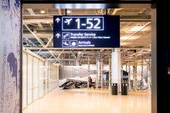 Helsingfors Finland - Januari 15, 2018: inre av den Vanta flygplatskorridoren med tecken, var det finns portar helsinki Royaltyfria Bilder
