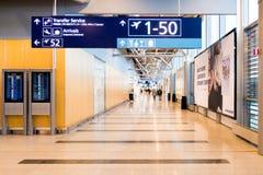Helsingfors Finland - Januari 15, 2018: inre av den Vanta flygplatskorridoren med tecken, var det finns portar helsinki Royaltyfri Fotografi