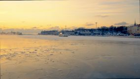 HELSINGFORS FINLAND - JANUARI 8, 2015: Panorera sikt från den Helsingfors hamnen i vinter Liten färja i is stock video