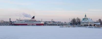 HELSINGFORS FINLAND - Januari 08, 2015: Skepp för Viking Line passagerarekryssning som avgår porten av Helsingfors i vinter royaltyfria bilder