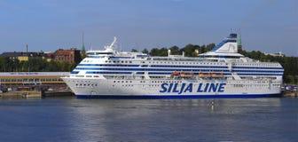 HELSINGFORS FINLAND-JUNE 26: Färjan Silja Line förtöjas på förtöja i staden av Helsingfors Royaltyfria Foton