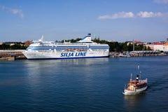 HELSINGFORS FINLAND-JUNE 26: Färjan Silja Line förtöjas på förtöja i staden av Helsingfors Fotografering för Bildbyråer