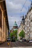 Helsingfors Finland - 02 Juni 2017 - spårvagn i den Helsingfors gatan igen Arkivbilder