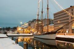 HELSINGFORS FINLAND - NOVEMBER 12: natt Helsingfors, FINLAND-NOVEMBER 12 2016 Royaltyfria Foton