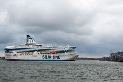 HELSINGFORS FINLAND - OKTOBER 25: färjan Silja Line ankommer till Helsingfors port, Finland OKTOBER 25 2016 Royaltyfria Bilder