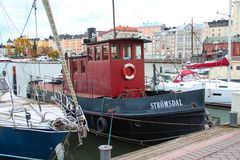 Helsingfors, Finland - Oktober 29 2015, för tappning litet skepp med ett ångarör och en röd kabin med cykeln på däcket, den byggd arkivfoton
