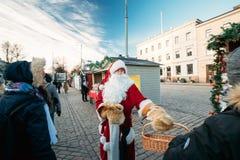 Helsingfors Finland Santa Claus Giving Candy At Christmas Xmas-marknad Fotografering för Bildbyråer