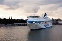 HELSINGFORS FINLAND-SEPTEMBER 27: Färjan Silja Line förtöjas på förtöja i staden av Helsingfors Arkivfoton