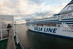 HELSINGFORS FINLAND-SEPTEMBER 27: Färjan Silja Line förtöjas på förtöja i staden av Helsingfors Arkivbild