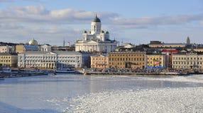 Helsingfors horisont och Helsingfors domkyrka i vinter, Finland royaltyfri bild