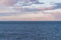 Helsingfors i horisonten p? solnedg?ngen med ett skepp som skriver in porten, Helsingfors Finland arkivfoto
